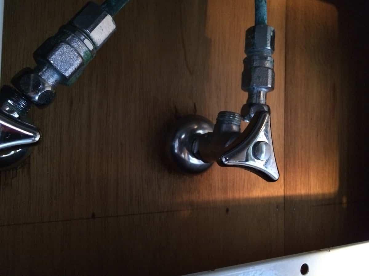 古い水栓と止水栓の接続切り離しの様子