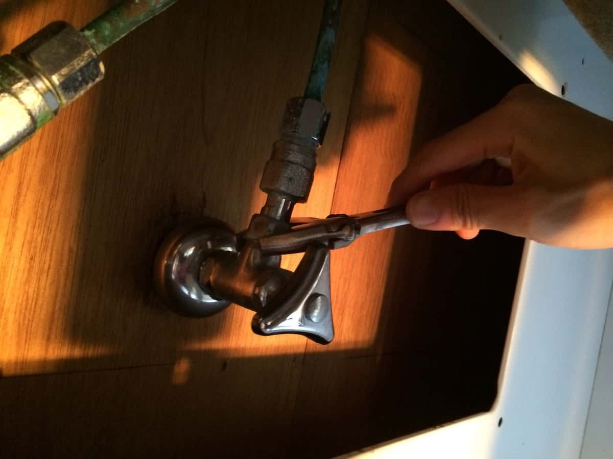 古い水栓と止水栓の接続の切り離し