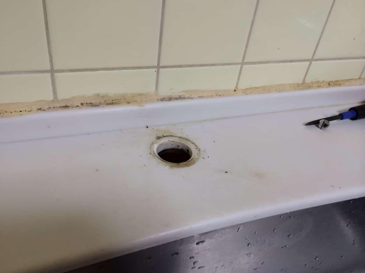 シングルワンホール混合栓の取り付け穴(清掃前)