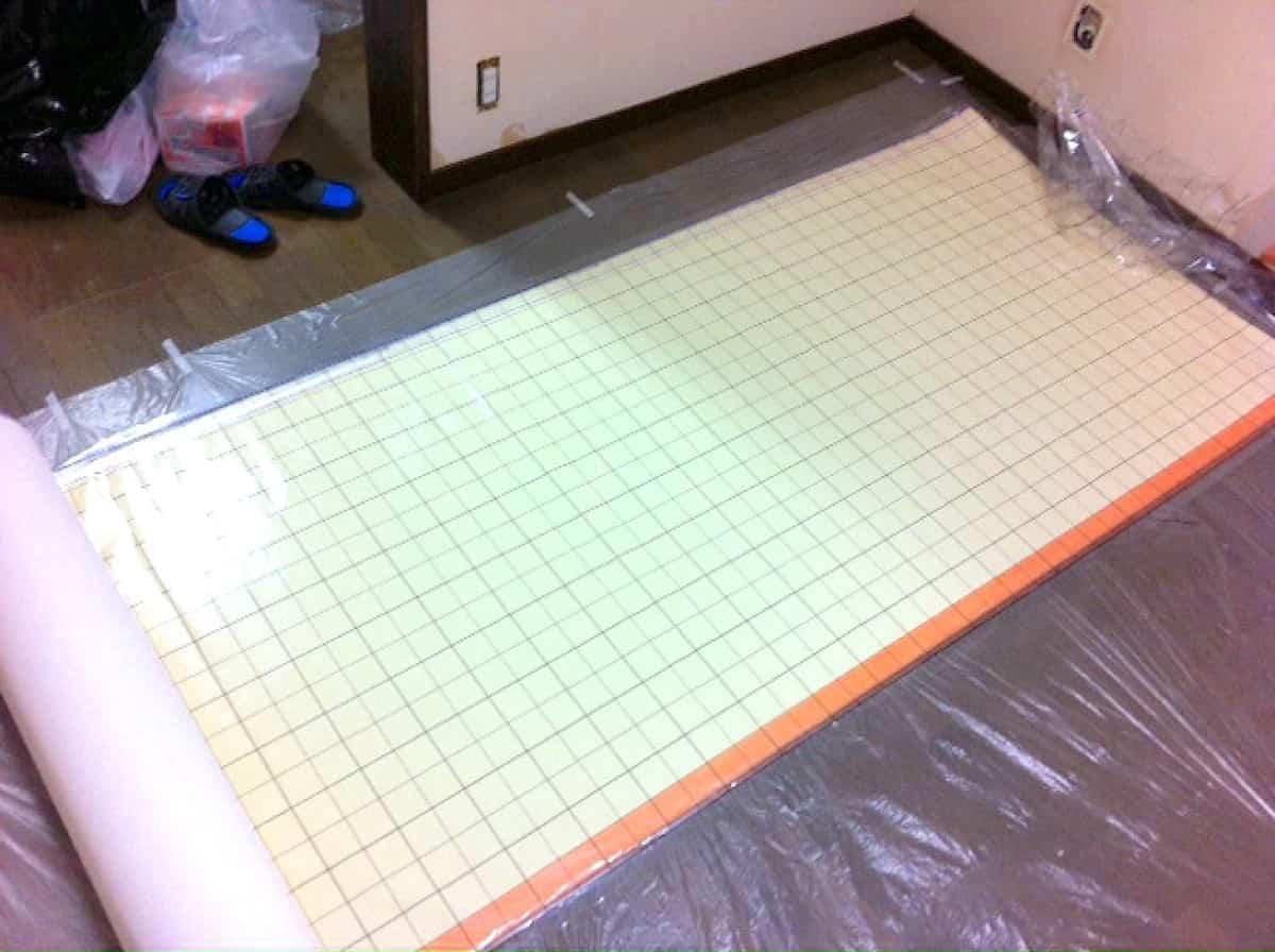 引き戸に貼れる一般的なのり付き壁紙