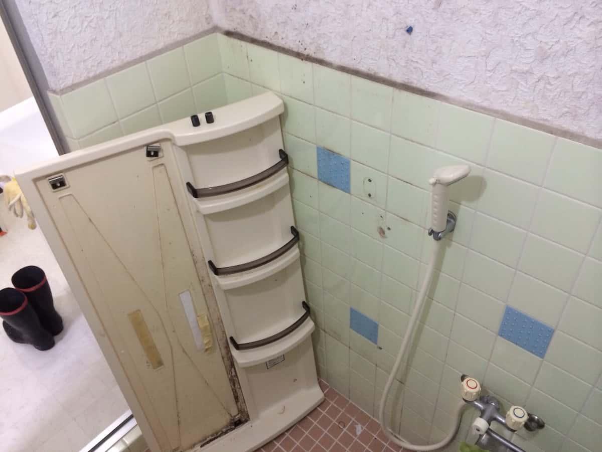 浴室のタイル壁に取り付けられていた鏡台を外したあとの様子