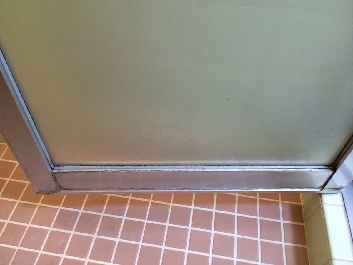 クエン酸で掃除する前のお風呂のドアの白い水垢汚れの様子