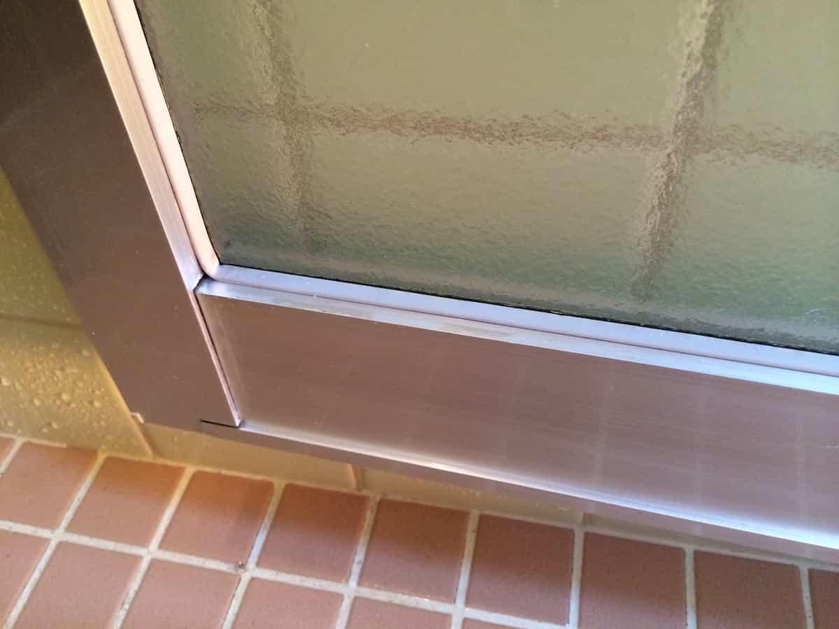 クエン酸でお風呂のドアの白い水垢汚れを落としたあとの様子