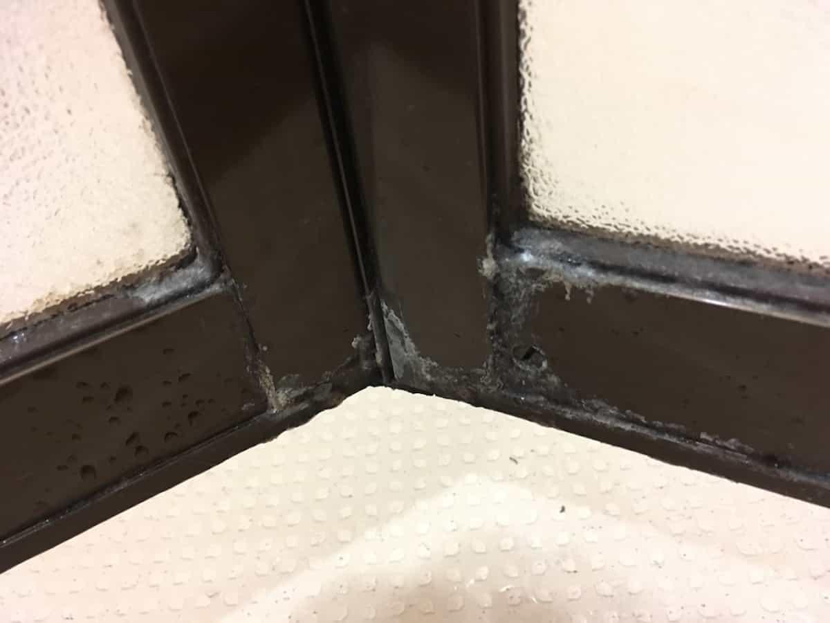 浴室扉にこびりついた頑固な水垢汚れ