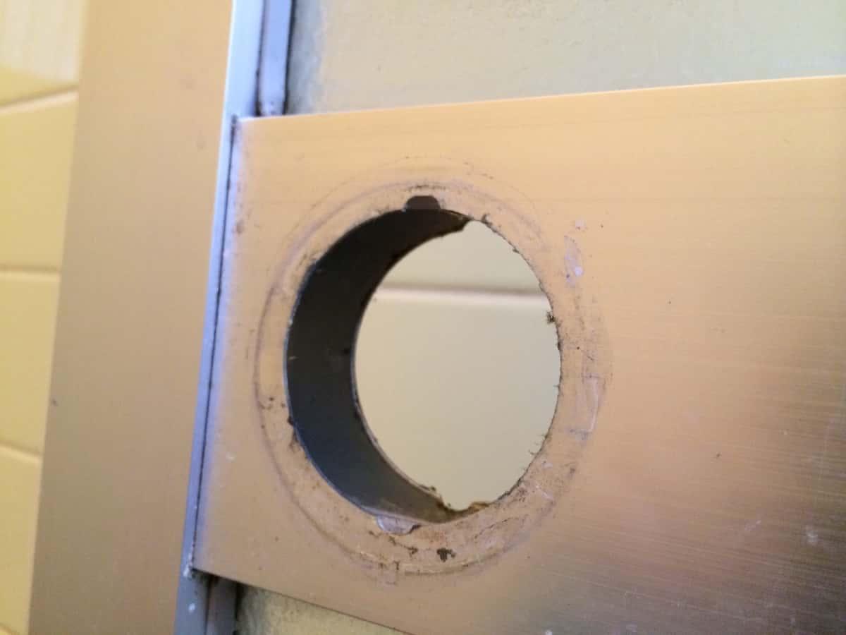お風呂のドアの丸ノブを取り外した部分の水垢汚れ