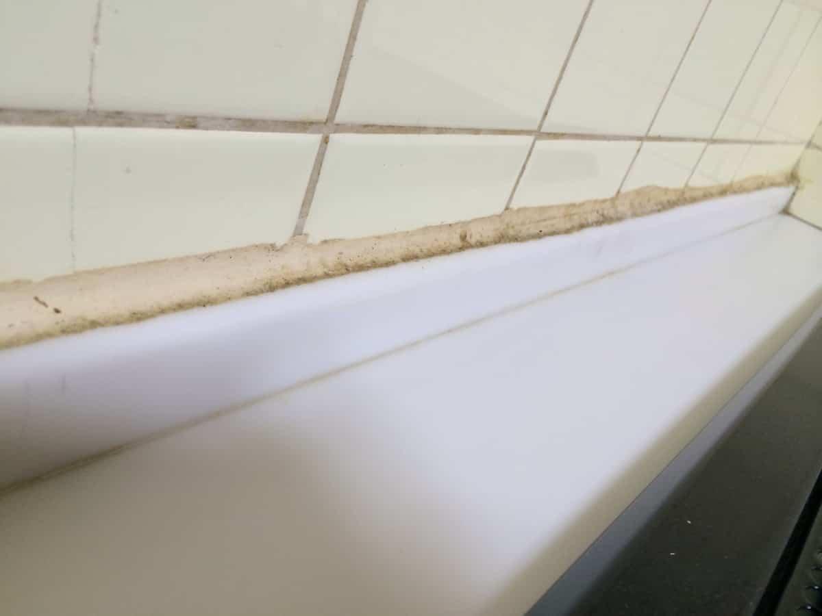 キッチンと壁の隙間の汚れたシリコンコーキングの様子