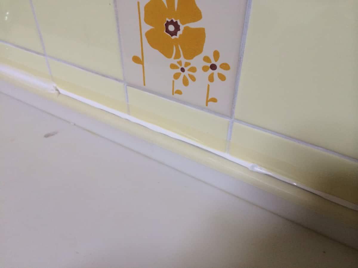 キッチンと壁の隙間にシリコンを注入した様子