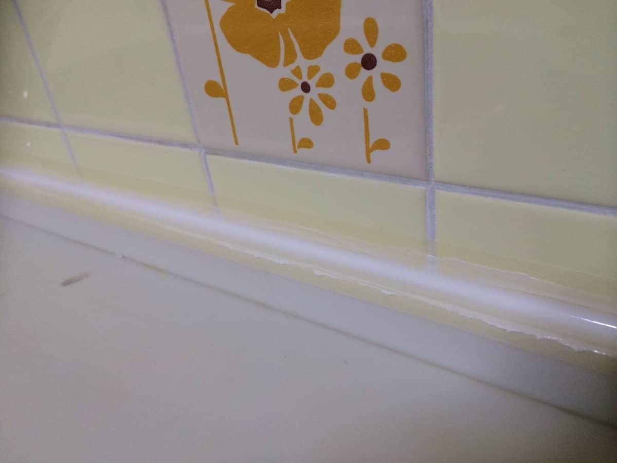 キッチンと壁の隙間に注入したシリコンを指でならした後