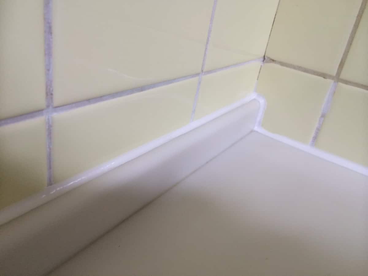 キッチンと壁の隙間をシリコンで埋めた様子