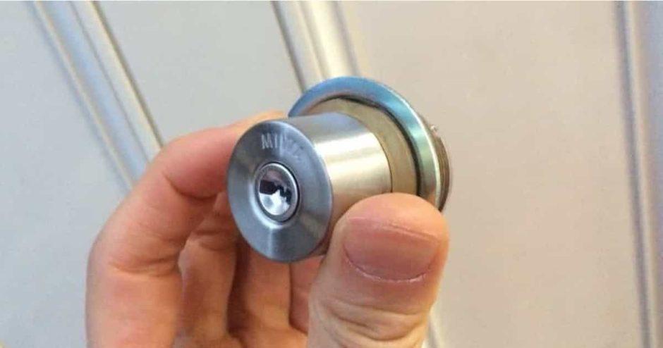 玄関扉の鍵シリンダーを自分でディンプルキータイプに交換する方法