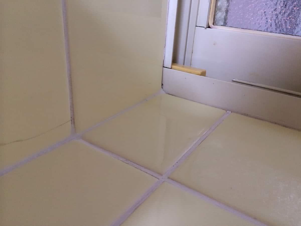 キッチン(台所)のタイル目地の隙間を埋めたあとの様子