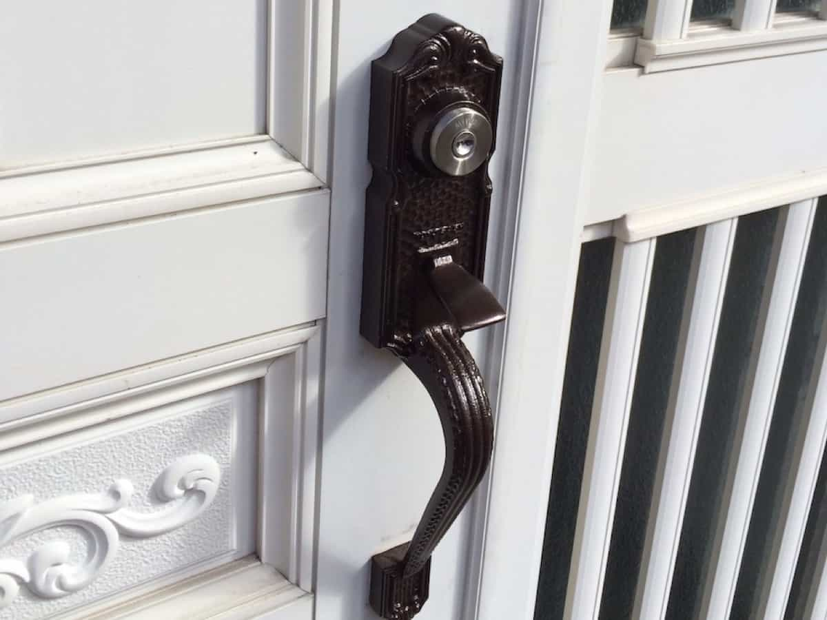 ディンプルキーに交換したあとの玄関扉の鍵シリンダー