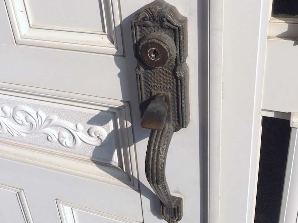 交換前の玄関扉の鍵シリンダー