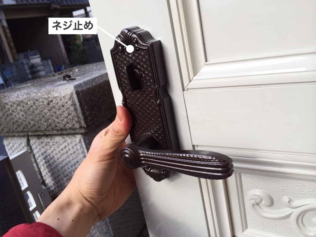 玄関扉のドアノブを取り付ける