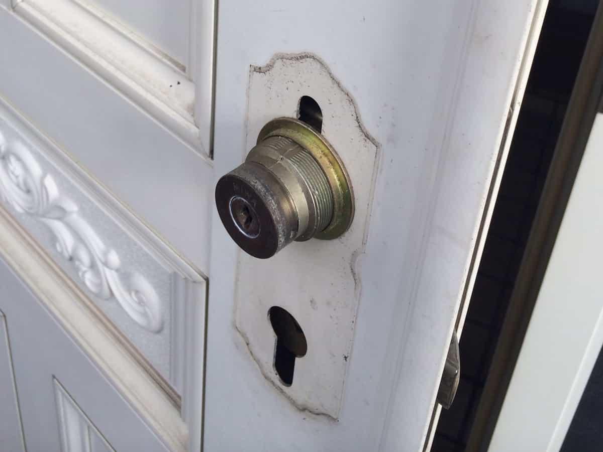 玄関扉のドアノブを取り外した様子