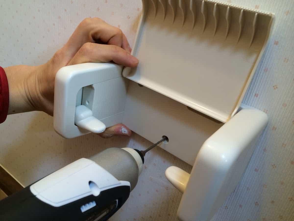 トイレットペーパーホルダーの取り付け位置のネジ穴ように穴あけして印をつける