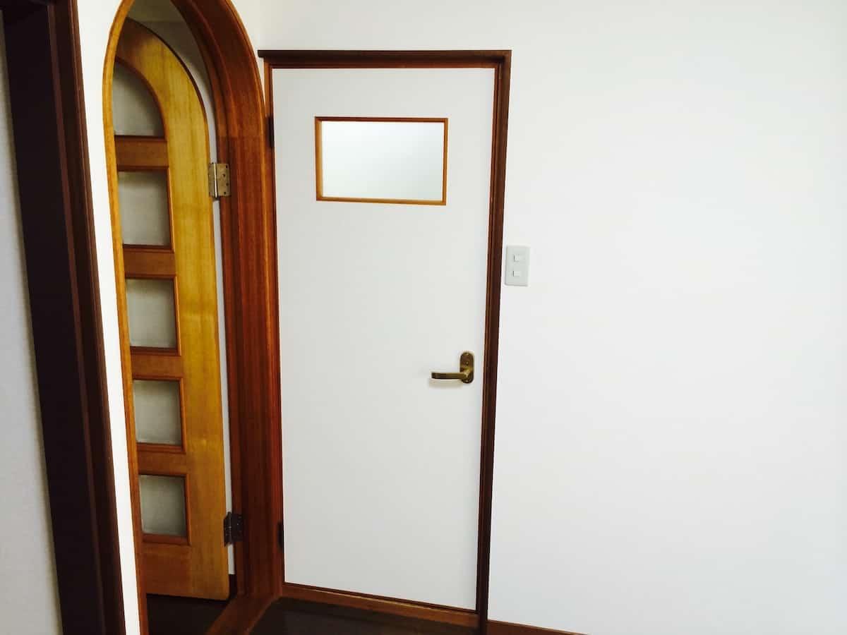 立て付けが悪くドアが木枠に引っかかる扉