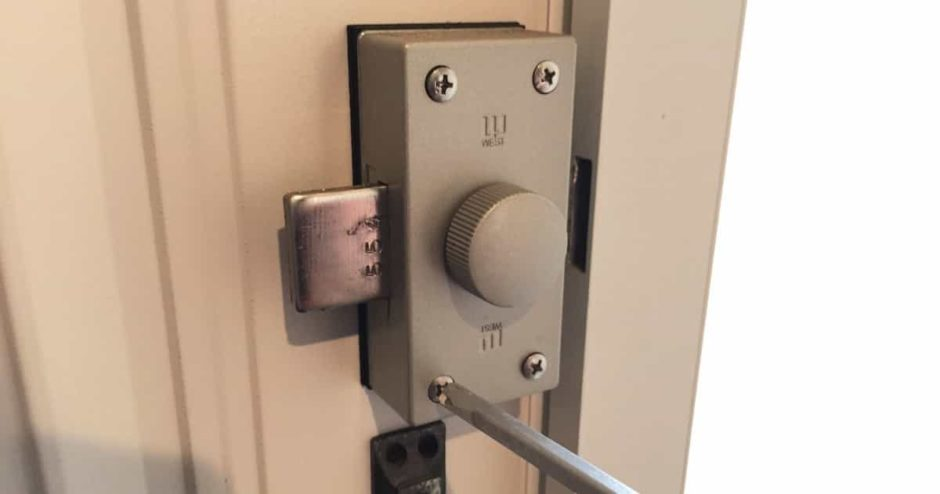 玄関扉の補助錠「WEST-554 NDR」を自分で交換する方法