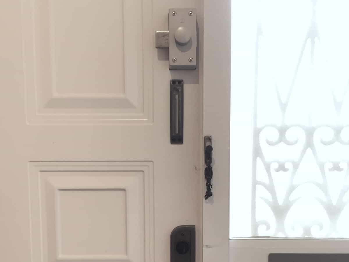玄関扉に取り付いている補助錠(WEST-554 NDR)