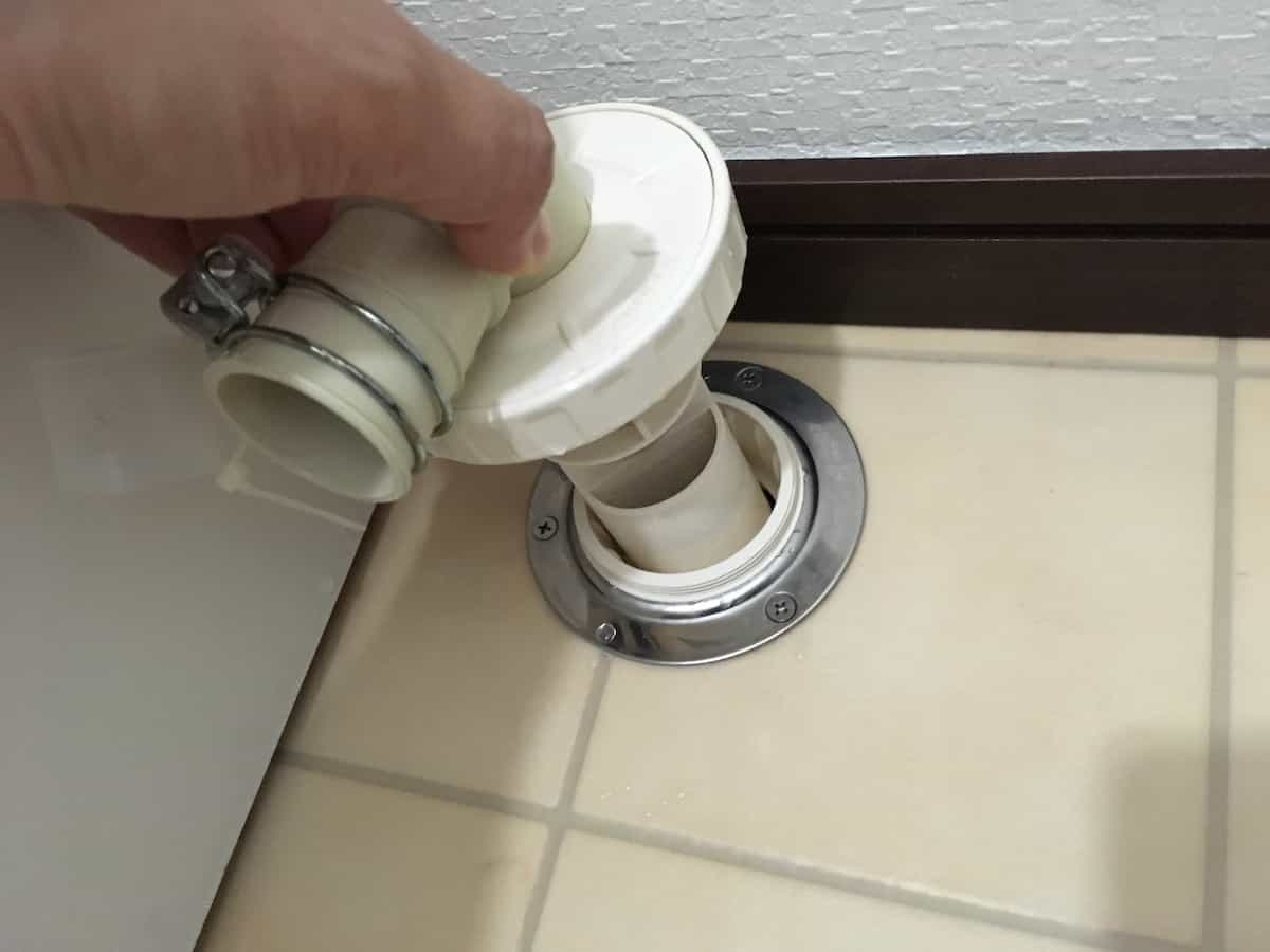 カクダイの洗濯機用排水トラップを再度床に取り付ける