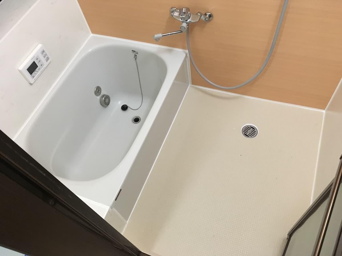 古いタイル張りの浴室の床に床シート「ペディシート」を貼り付けリフォームしたあとの様子