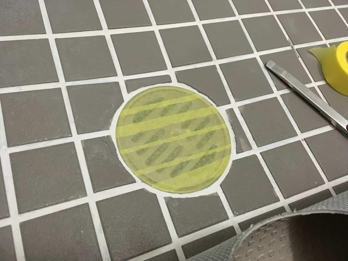 接着剤を塗る前に排水口にマスキングテープを貼る