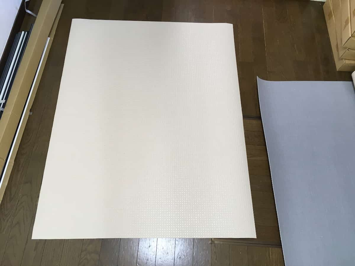 施工先の床の寸法より大きめに切ったペディシート