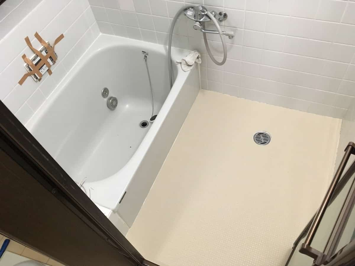 古い浴室タイル床に床シート「ペディシート」を貼り付け施工した後のお風呂場の様子