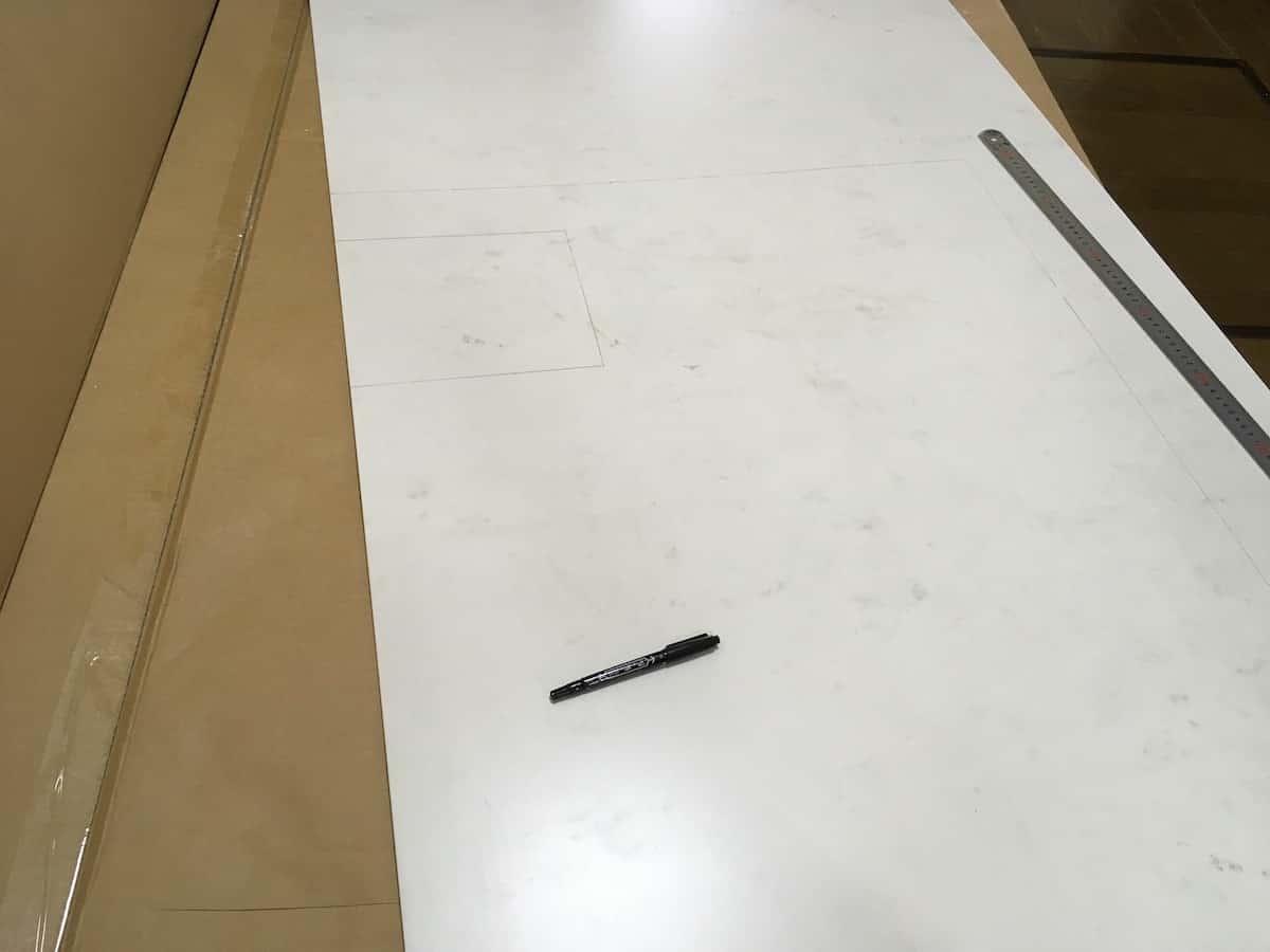 型紙の形状に合わせてバスパネル「アルパレージ」に罫書きする
