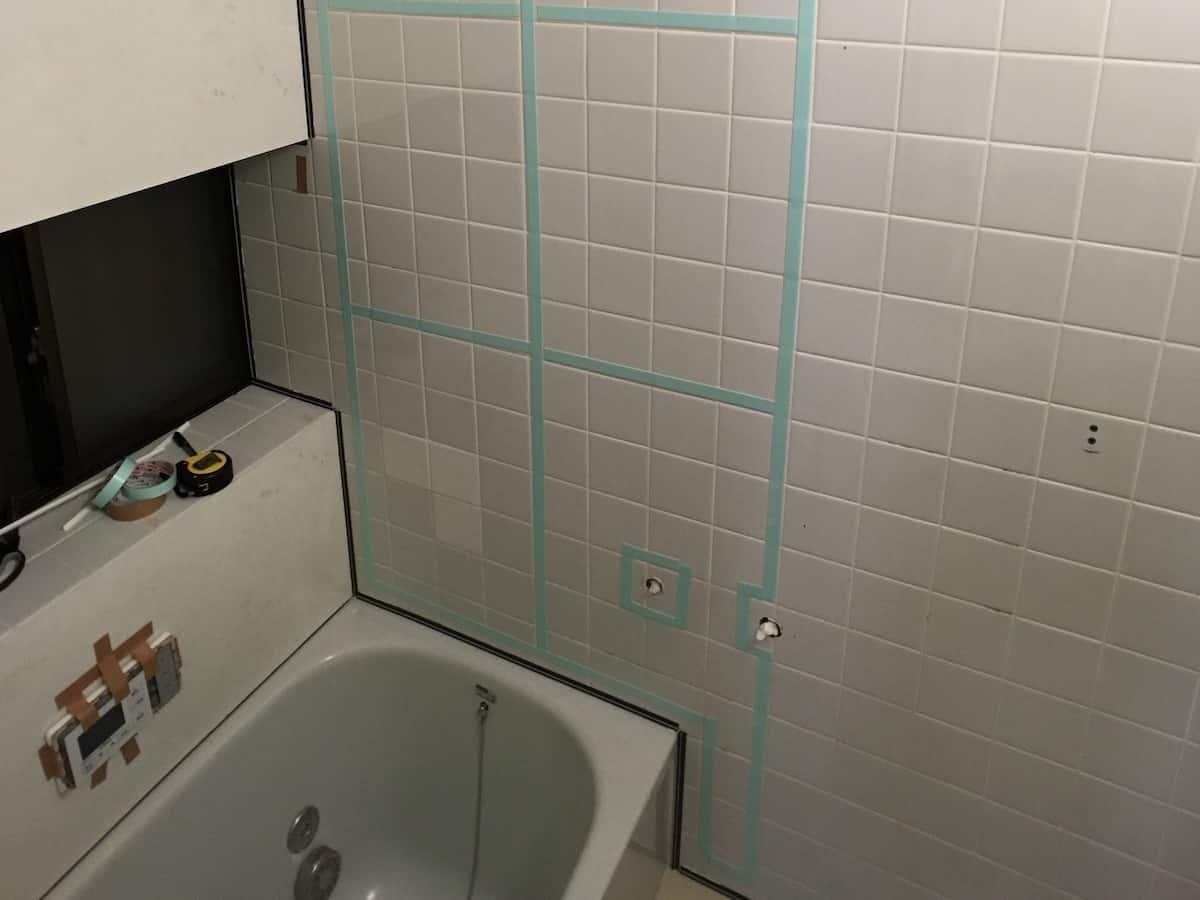 バスパネル「アルパレージ」の貼り付けのために両面テープをタイル壁に貼り付け