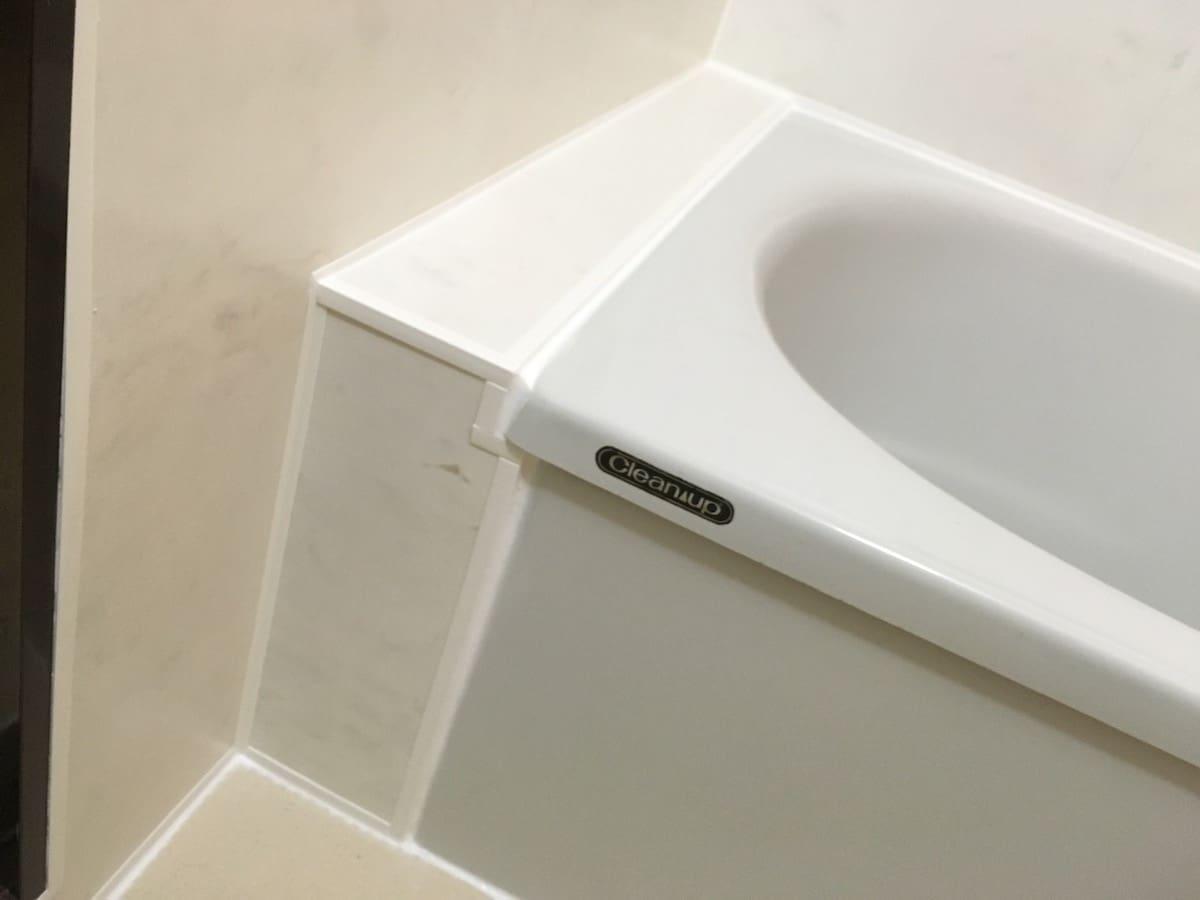 古いタイル張りの浴室のタイル壁にバスパネル「アルパレージ」を貼り付けた様子(浴槽横)