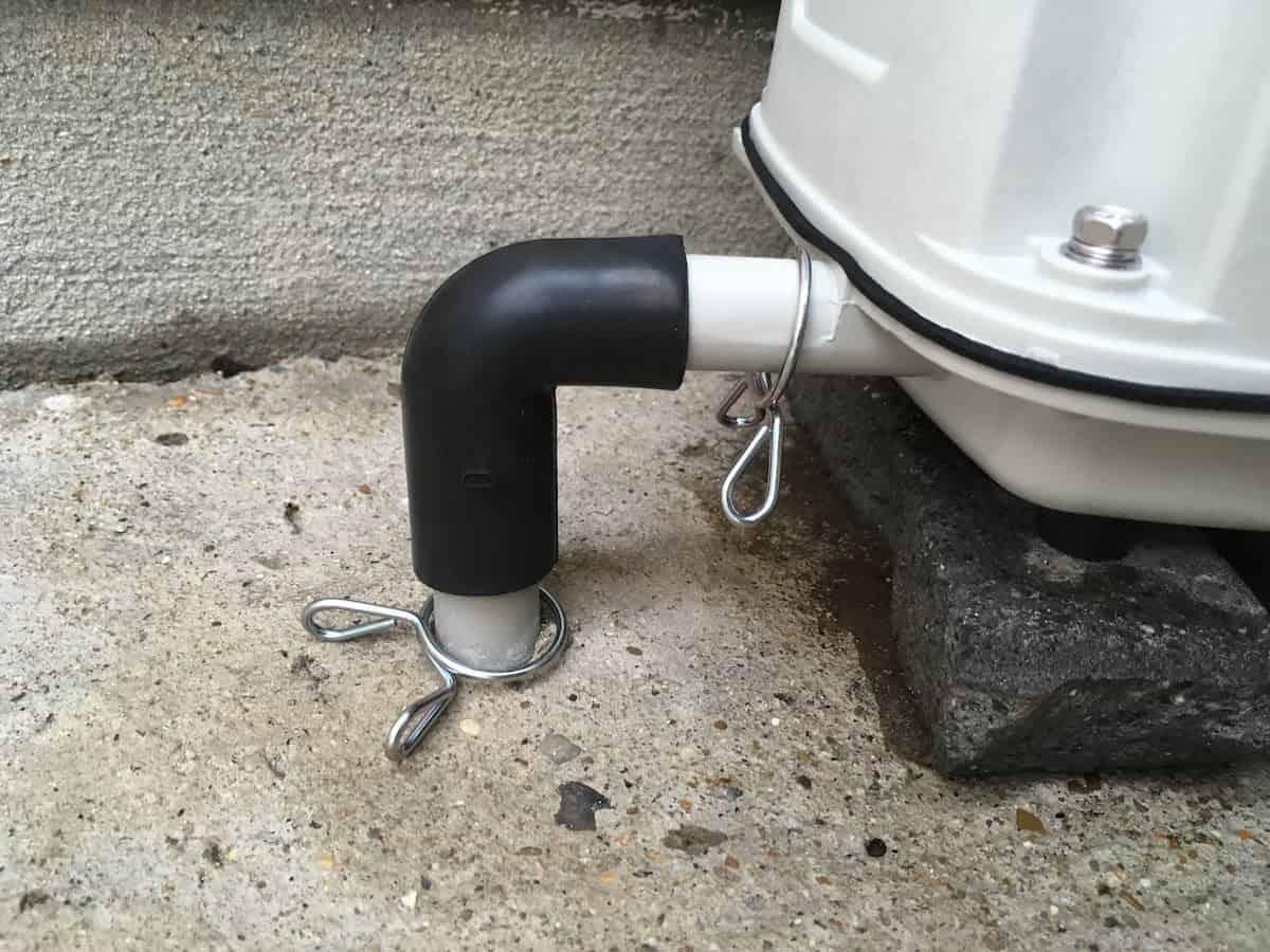 新しい浄化槽ブロアと浄化槽のパイプにゴムチューブを取り付ける