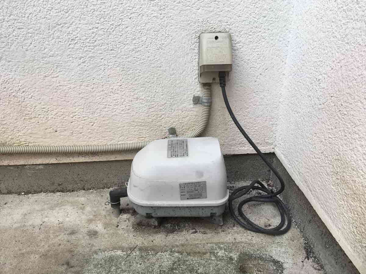 交換する前の浄化槽の異音のする故障したブロア(ブロワ・モーター・ポンプ)