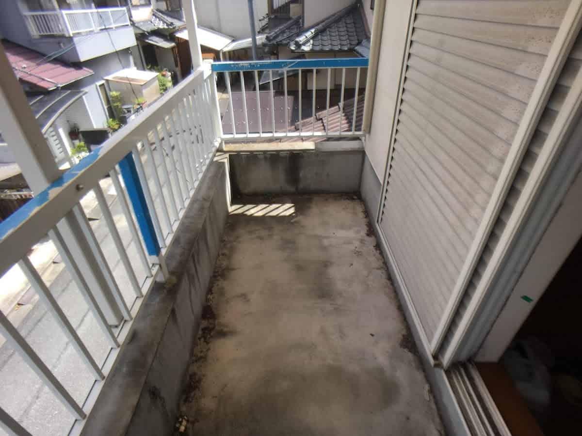 DIYで防水塗装する前のベランダのセメント床