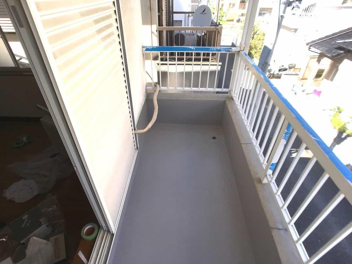 DIYで防水塗装したあとのベランダのセメント(コンクリート)床の様子
