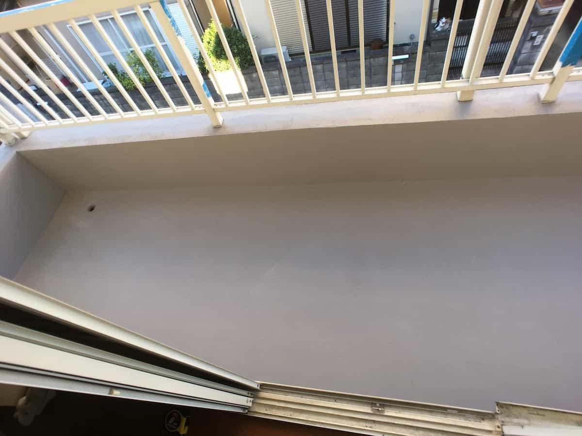 DIYで防水塗装したあとのベランダのセメント床