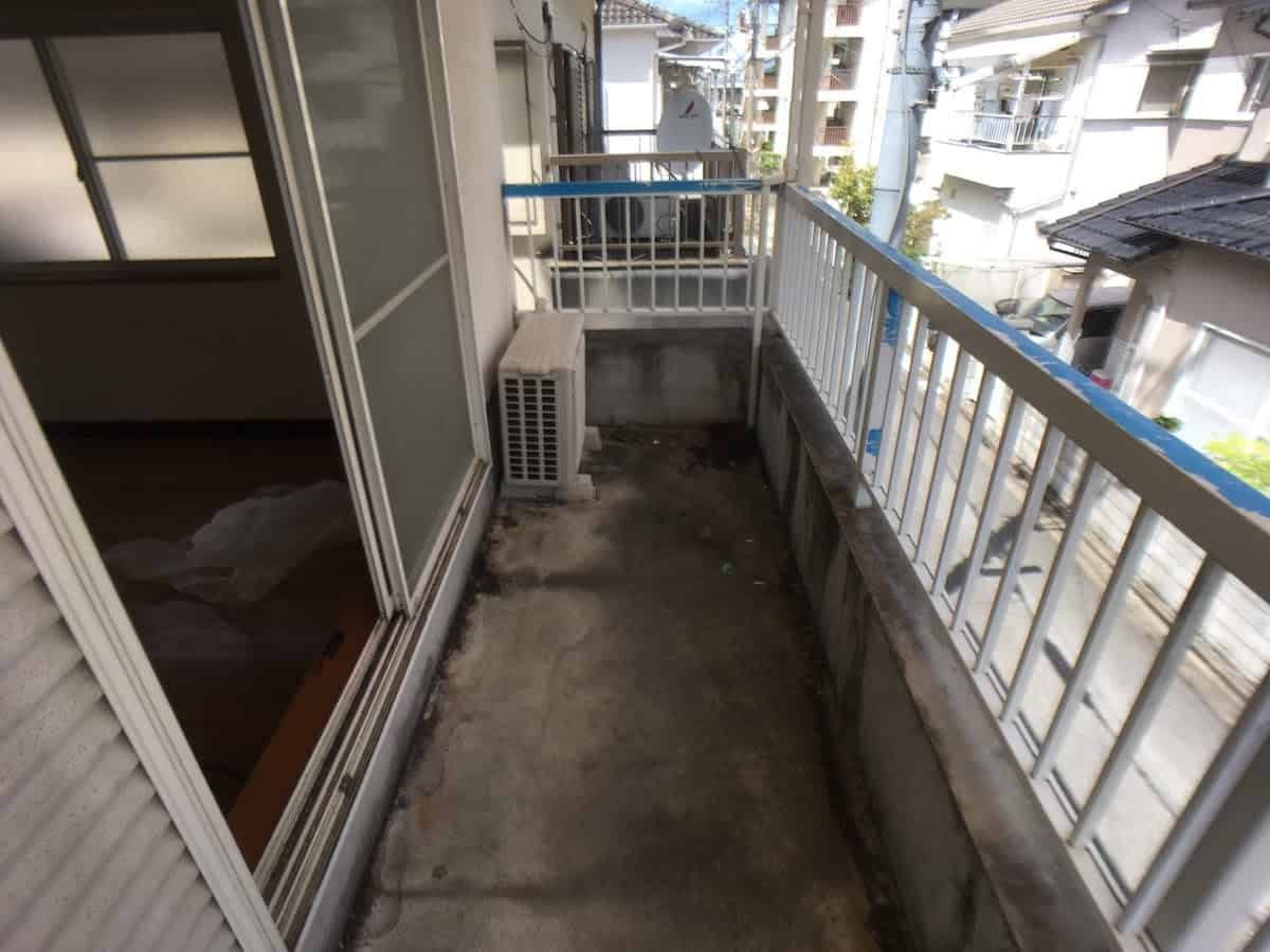 DIYで防水塗装する前のベランダのセメント(コンクリート)床の様子