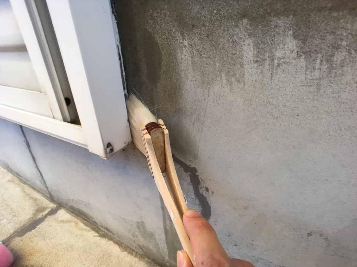 アトムハウスペイントの水性シーラー下塗剤を塗る様子
