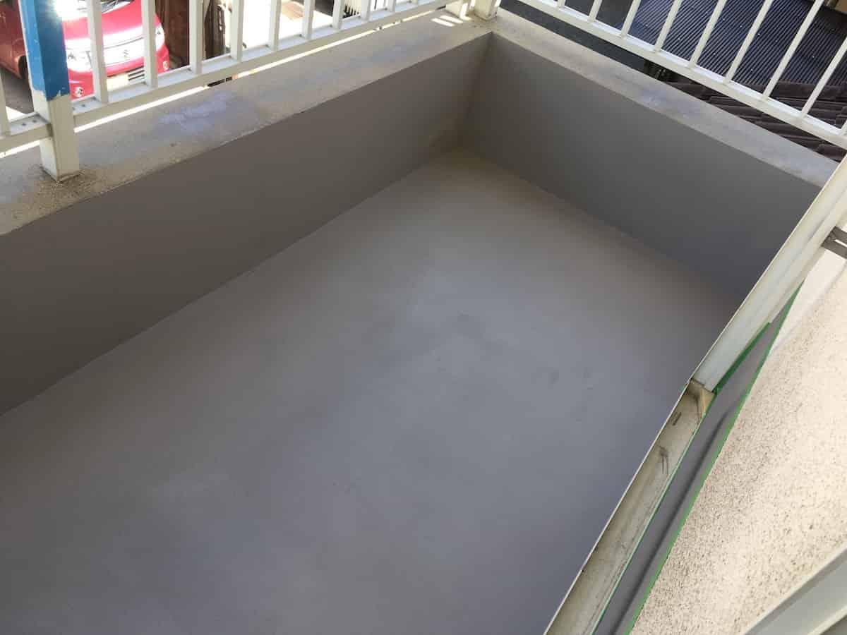 1回塗りをして防水塗料を乾燥させている様子