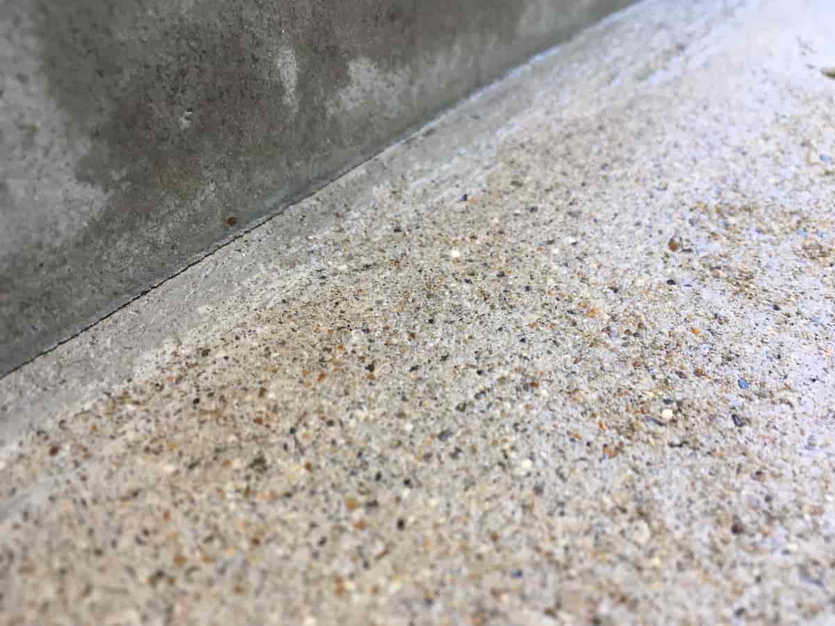 水性シーラーが乾燥しセメント床表面に膜が張った様子