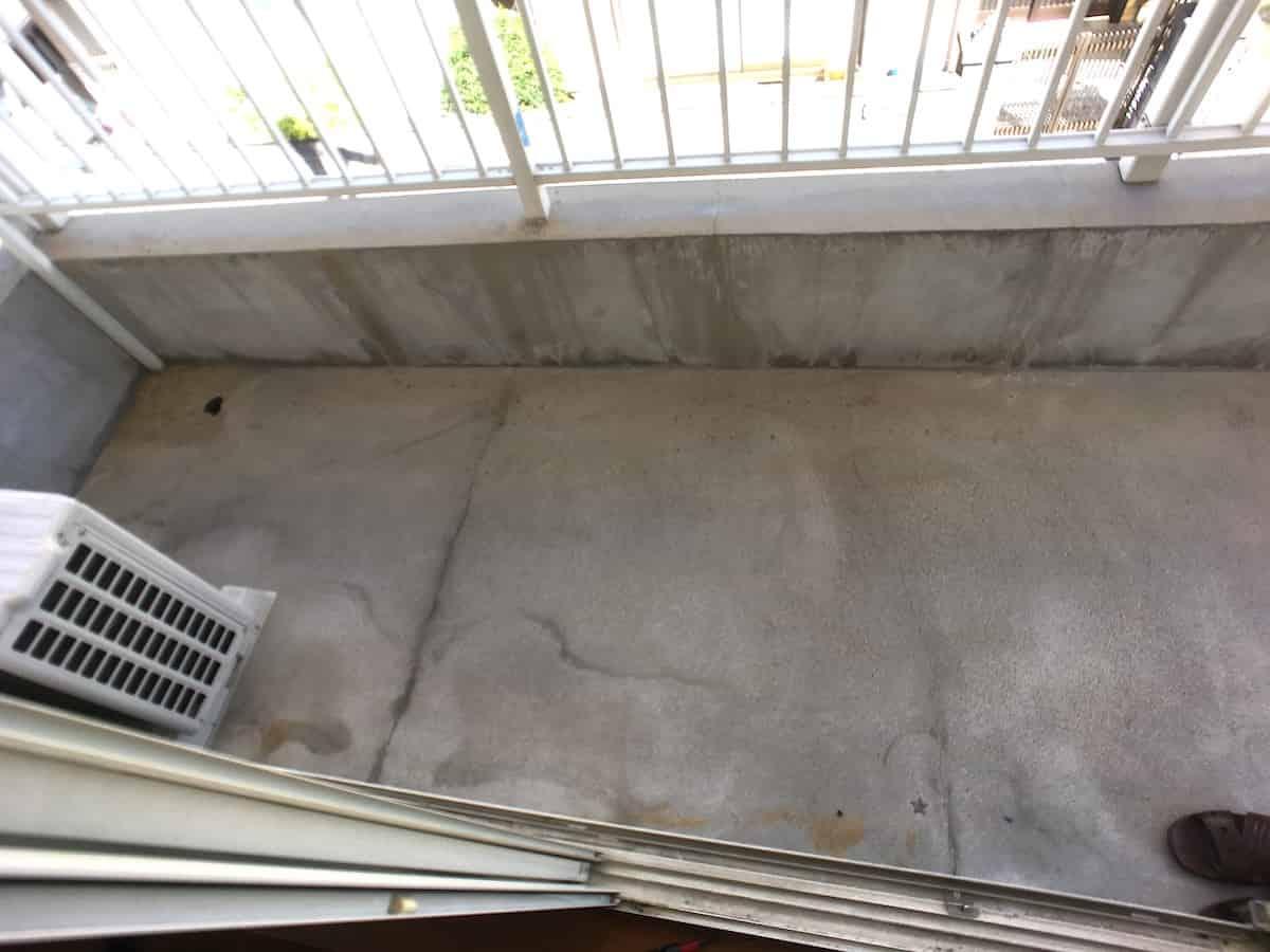 ベランダのセメント床を高圧洗浄した様子