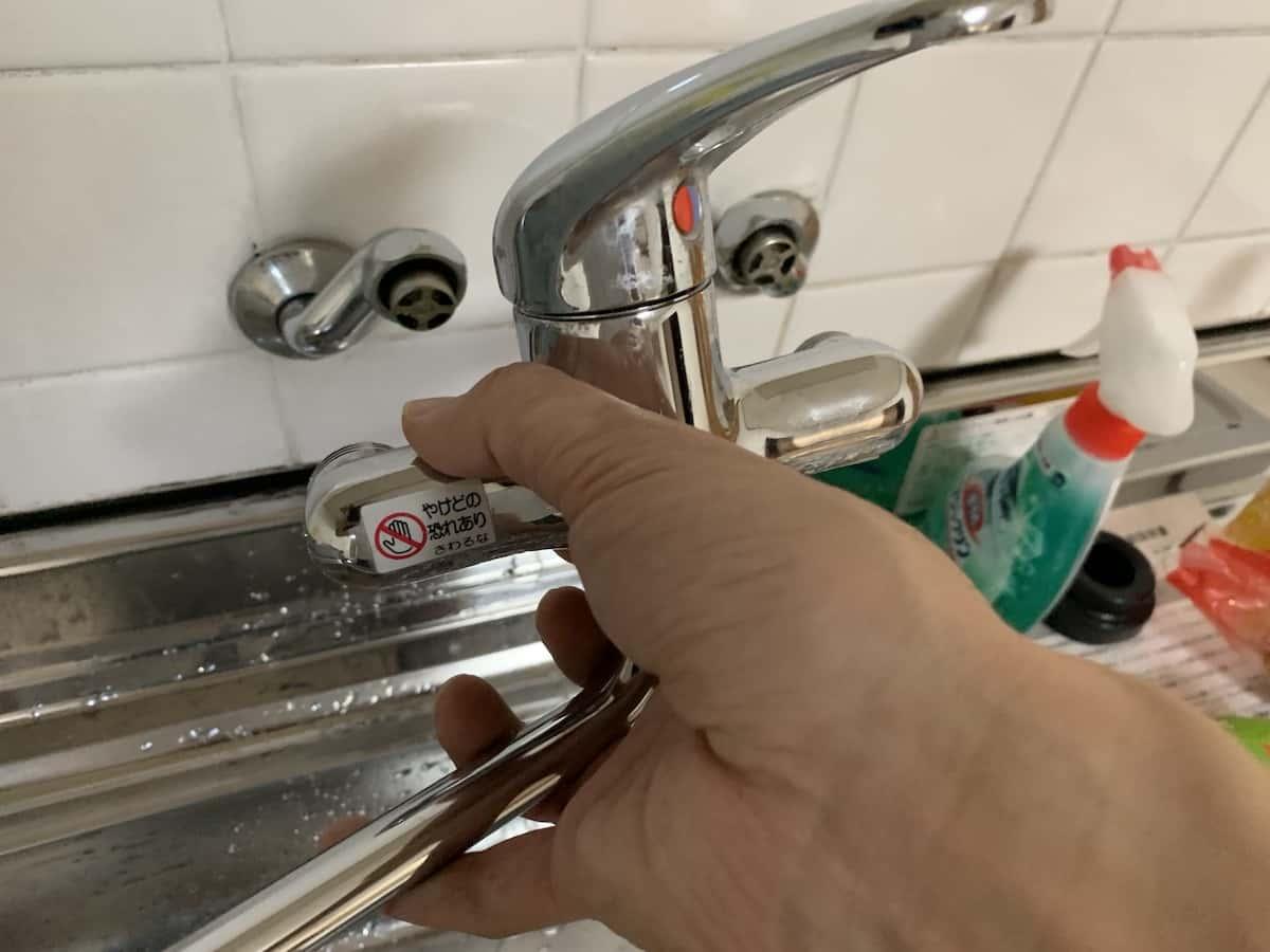 キッチンパネルの貼付け前に水栓やガス栓を取り外す