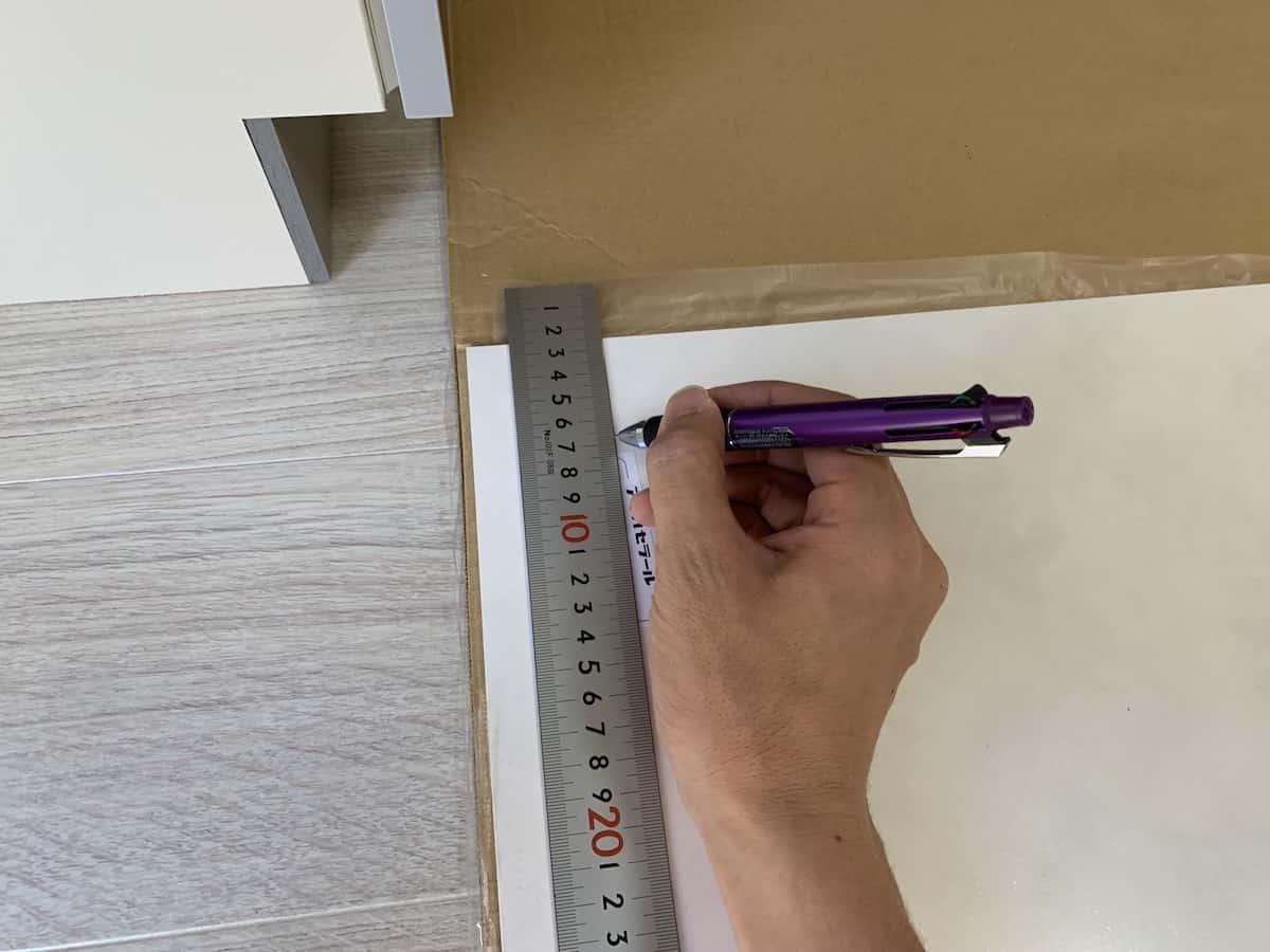 キッチンパネルの切断箇所に罫書きをする