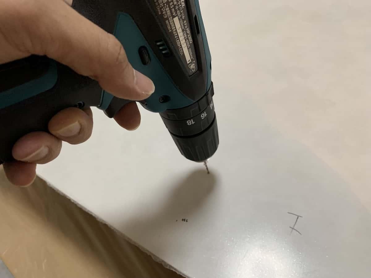 ホールソーで穴あけする前に小さな穴をキッチンパネルに開ける