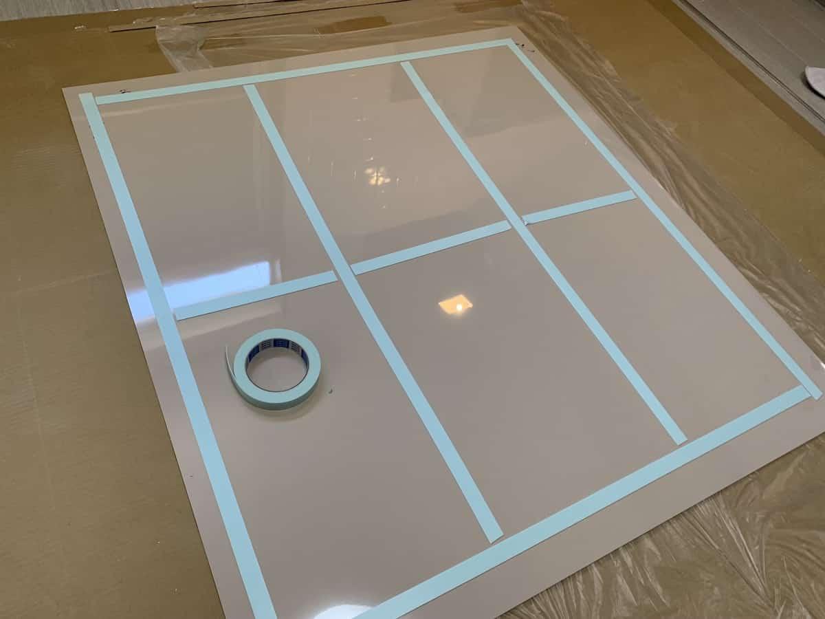 アイカ工業のキッチンパネル「セラール」に両面テープを貼り付ける