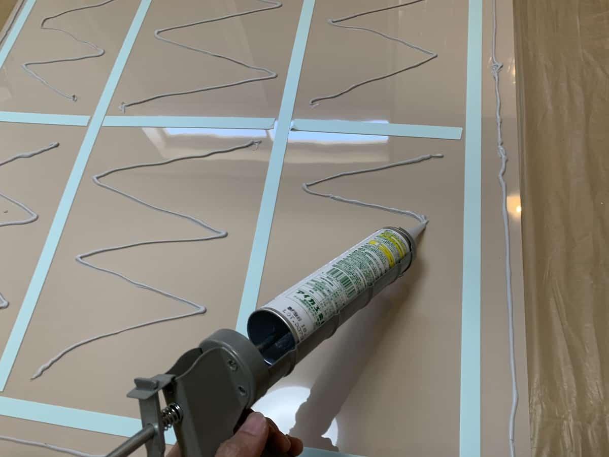 キッチンパネルの裏面に専用接着剤哀歌エコエコボンドを塗る