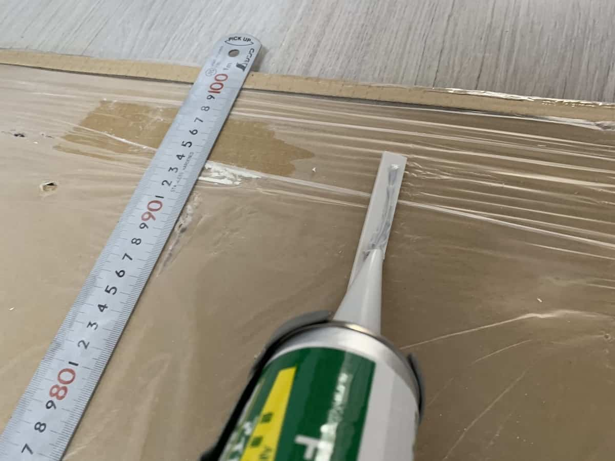 アイカ工業のキッチンパネル「セラール」の見切り材に専用接着剤哀歌エコエコボンドを塗る