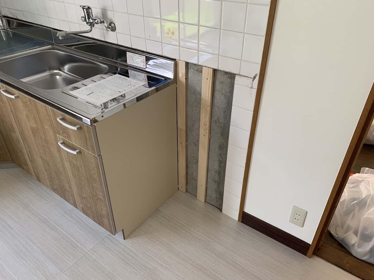 キッチンパネルを貼り付ける先の空洞部に取り付けた土台となる木材