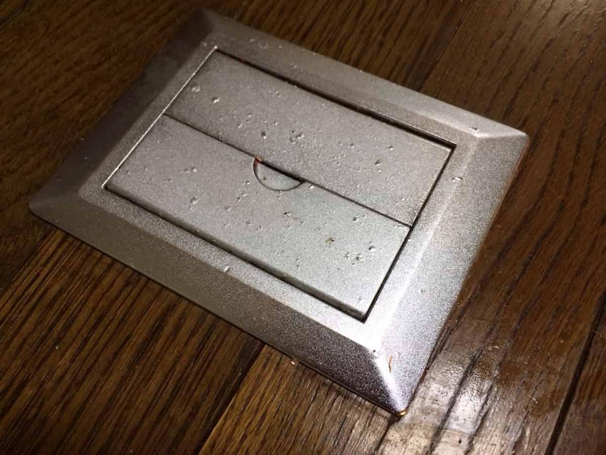床にこびりついたガムテープの粘着汚れをクリーナー30で落とした様子
