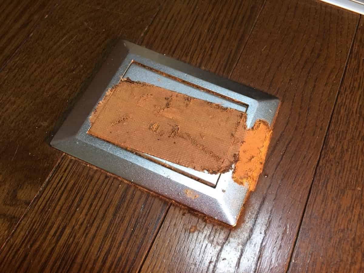 床に貼り付いていた古いガムテープ